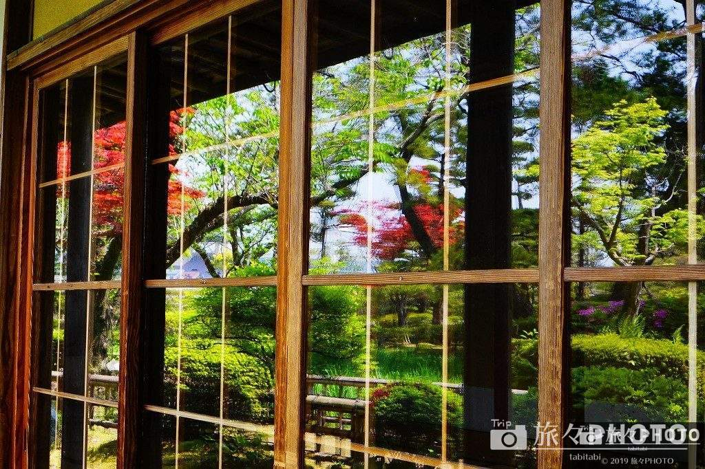 日向景修園の窓に映る景色