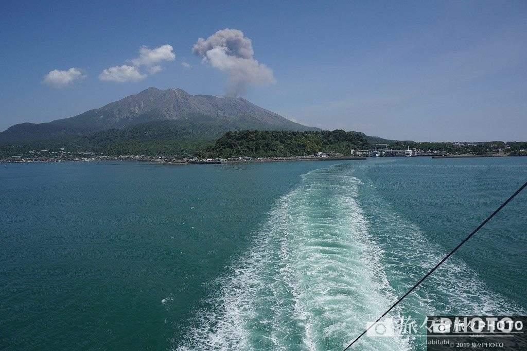 フェリーから見た噴火する桜島