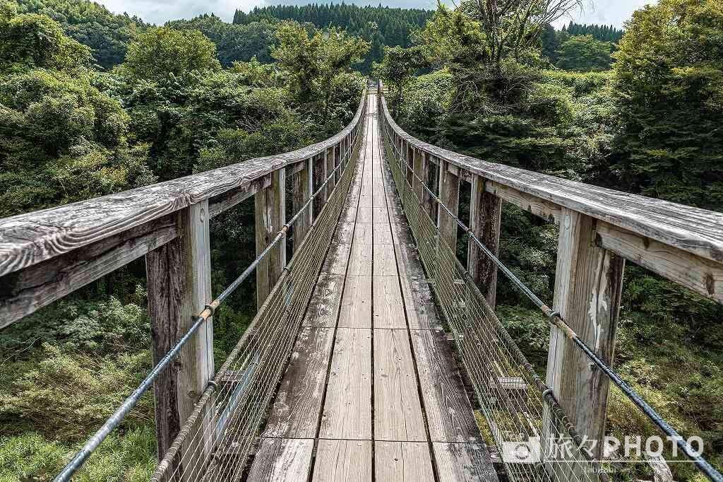 「原尻の滝」を橋の上から見る