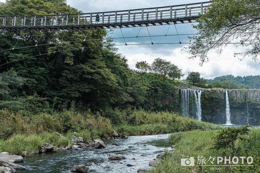 「原尻の滝」を滝壺から見る