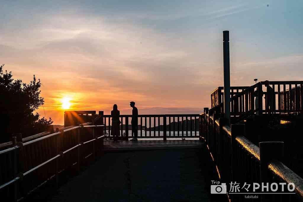 夕焼けの角島大橋展望台