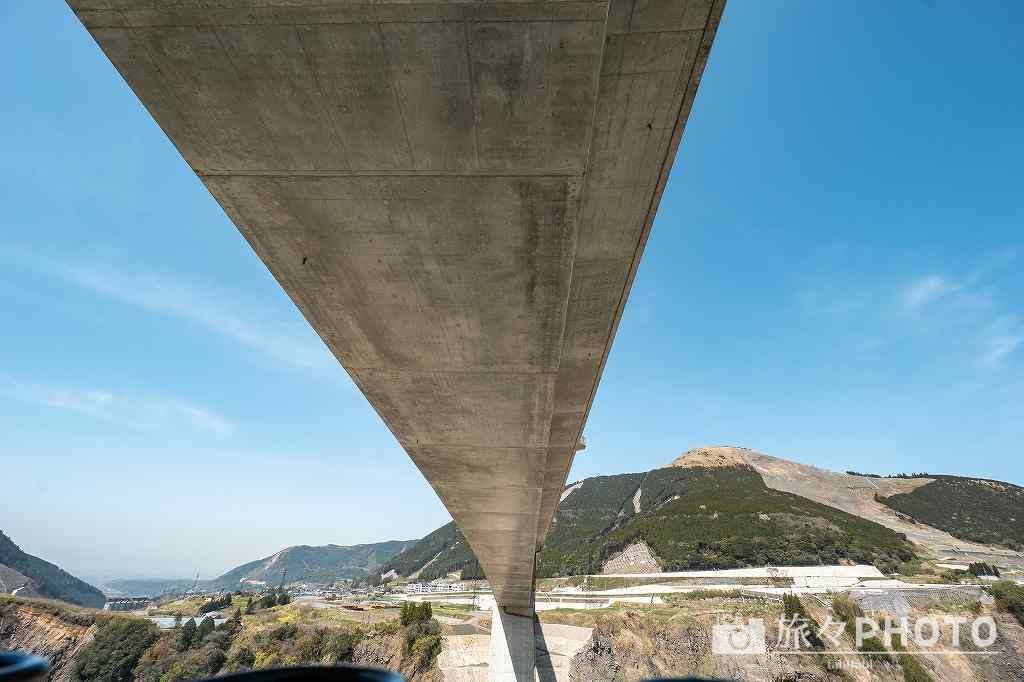 新阿蘇大橋を下から見た写真