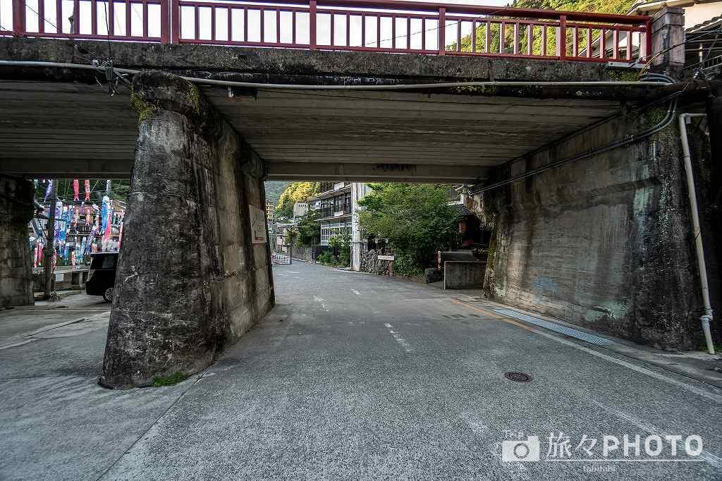 杖立温泉の駐車場へ行く道